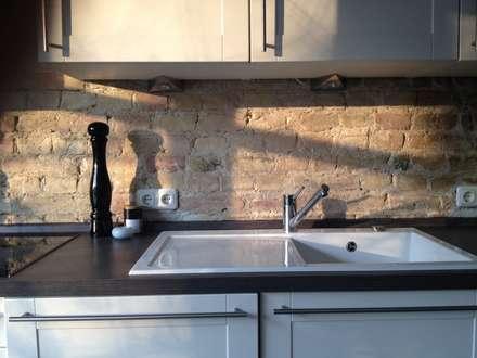 Backsteinwand statt Fliesenspiegel in der Küche : landhausstil Küche von berliner landjungs