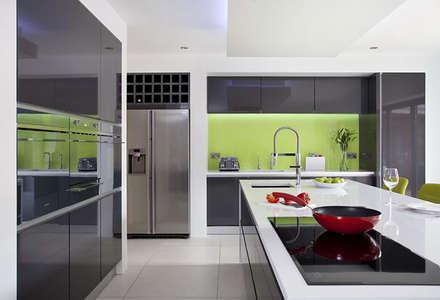 Wild Lime Glass Splashback in Grey Minimalist Kitchen: minimalistic Kitchen by DIYSPLASHBACKS