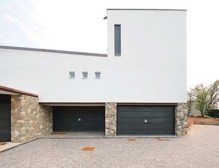 Porta basculante per garage serie Secur Plus Certificazione antieffrazione Classe 3: Garage/Rimessa in stile in stile Classico di SILVELOX SPA
