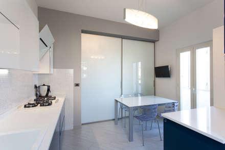 Casa VR: Cucina in stile in stile Moderno di Fabrizio De Rosa Architetto