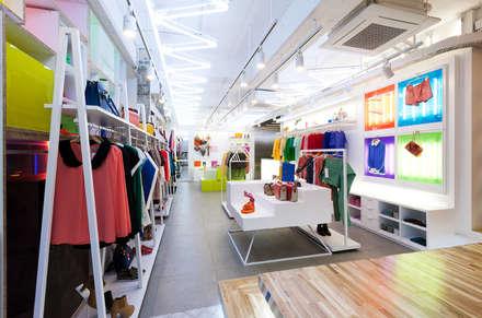 차분하지만 화사한 느낌의 공간: Design m4의  가게
