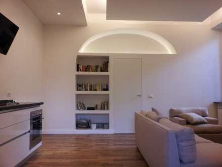 Il soggiorno: Soggiorno in stile in stile Moderno di Studio Racheli Architetti