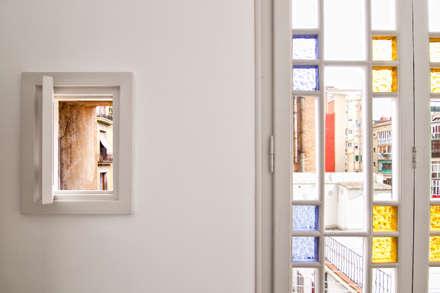 """Rehabilitación de Piso en el """"Eixample"""" de Barcelona: Ventanas de estilo  de IF arquitectos"""