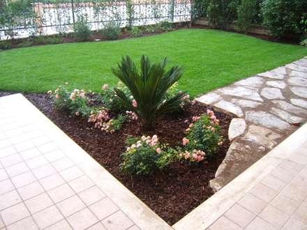 July garden: Giardino in stile in stile Moderno di Mauro Morganti