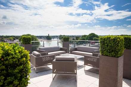 Tetto a terrazza in stile  di Cameron Landscapes and Gardens