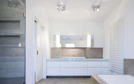 Elternbad mit individuell geplantem Waschtisch: minimalistische Badezimmer von Skandella Architektur Innenarchitektur