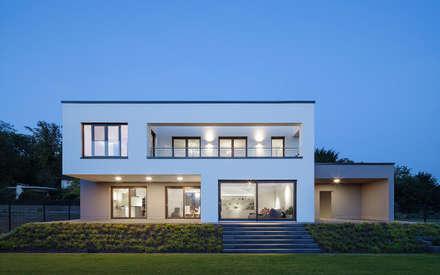 Abendstimmung: minimalistische Häuser von Skandella Architektur Innenarchitektur