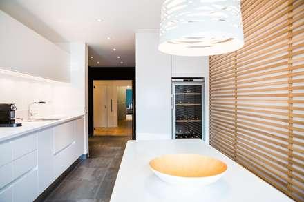 Appartement Neuilly-sur-Seine: Cuisine de style de style Moderne par Hélène de Tassigny