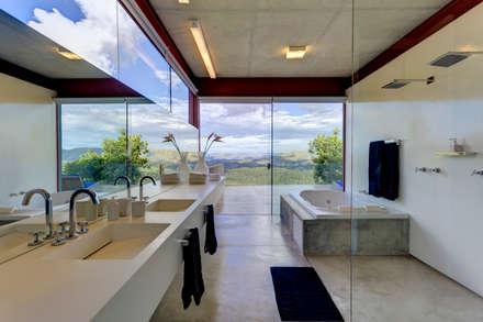 Banho Master: Banheiros minimalistas por Denise Macedo Arquitetos Associados