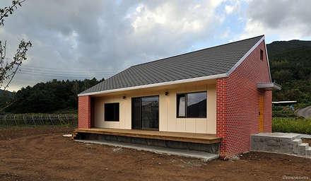 남원 백일리 주택: (주)오우재건축사사무소 OUJAE Architects의  주택