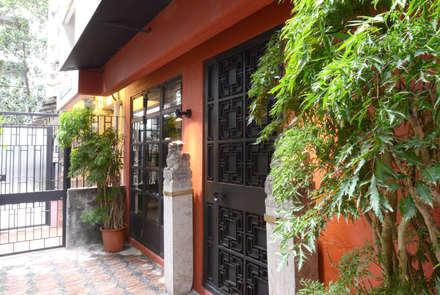 Leong Fee Terrace: Ingresso & Corridoio in stile  di Stefano Tordiglione Design Ltd