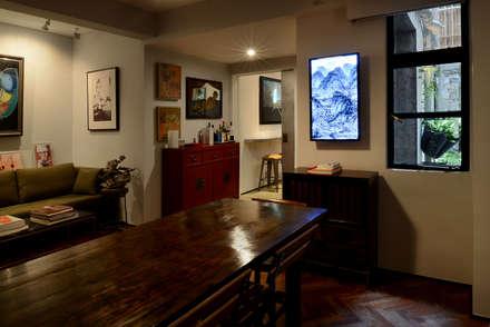 Leong Fee Terrace: Sala da pranzo in stile in stile Asiatico di Stefano Tordiglione Design Ltd