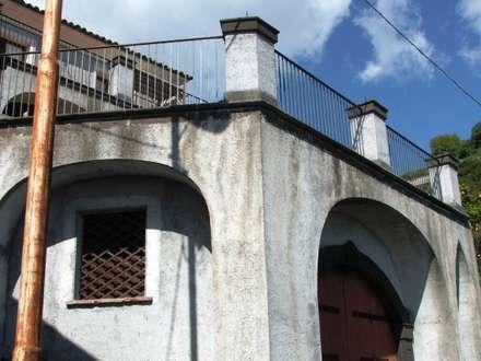 Prospetto: Garage/Rimessa in stile in stile Mediterraneo di Antonio Torrisi