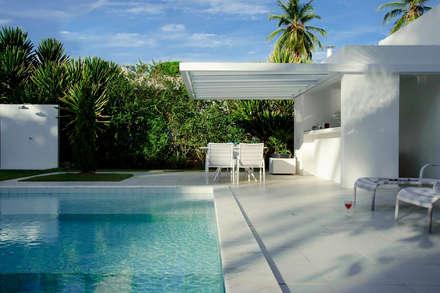 minimalistic Garage/shed by dantasbento | Arquitetura + Design