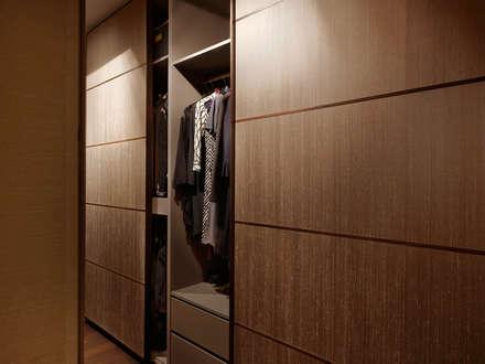 Privathaus München 570 m2: moderne Ankleidezimmer von Iria Degen Interiors