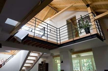 dom w Wawrze -projekt wnętrz: styl , w kategorii Korytarz, przedpokój i schody zaprojektowany przez Marek Rytych