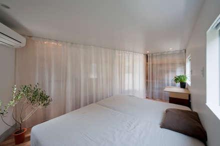 堀ノ内の住宅: 水石浩太建築設計室/ MIZUISHI Architect Atelierが手掛けた寝室です。