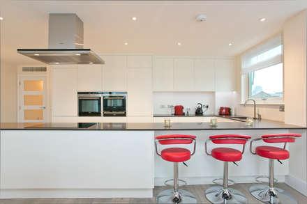 Kitchen breakfast bar: modern Kitchen by Temza design and build
