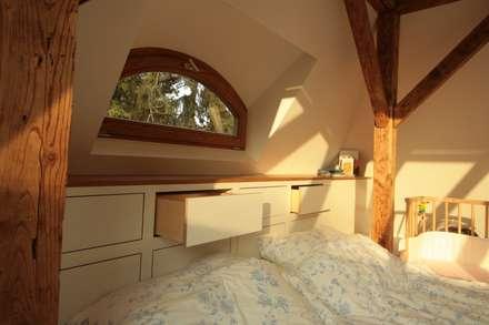 Dachausbau Kleine Villa, Bad Homburg: moderne Schlafzimmer von bjoernschmidt architektur