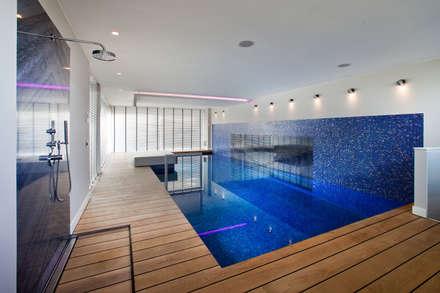 Eiken vloerdelen met kitnaad: modern Zwembad door Pruysen Parket BV