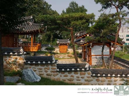 Traditional Landscape 담장 /남양홍씨 대호군파 재실정원: Urban Garden AIN.Ltd의  정원