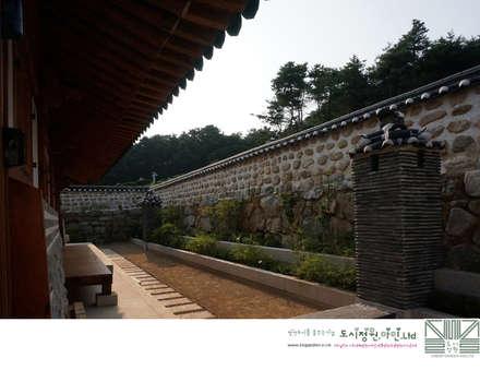후원의 화계 /남양홍씨 대호군파 재실정원: Urban Garden AIN.Ltd의  정원