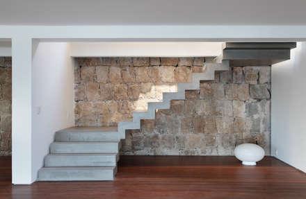 Escada em concreto aparente: Corredores, halls e escadas modernos por House in Rio