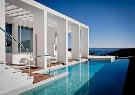 Casa Beirholm: Piscinas de estilo mediterráneo de Muxacra Arquitectos