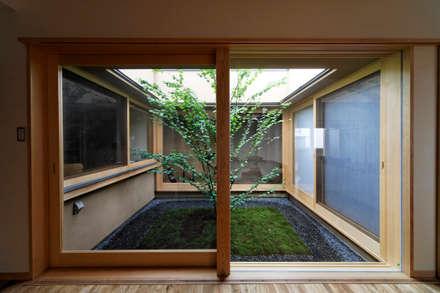 M邸: 長谷雄聖建築設計事務所が手掛けた庭です。
