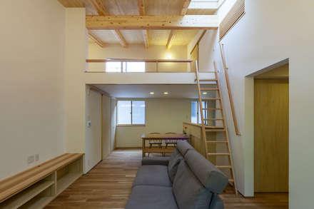 旧軽井沢の家: 光風舎1級建築士事務所が手掛けたリビングです。