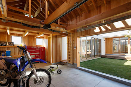 Garage/Rimessa in stile in stile Asiatico di 窪江建築設計事務所