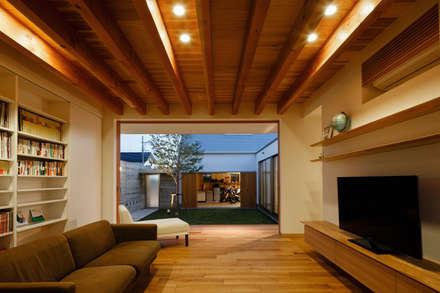 Salas / recibidores de estilo asiático por 窪江建築設計事務所