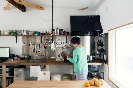 キッチン: coil松村一輝建設計事務所が手掛けたキッチンです。