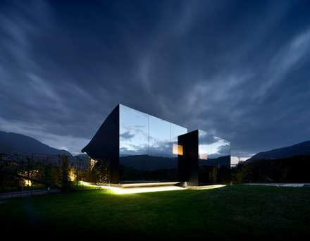 Mirror Houses: Case in stile in stile Minimalista di Peter Pichler Architecture