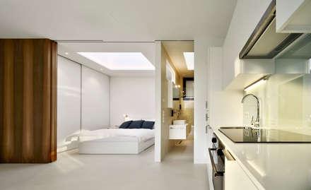 Mirror Houses: Camera da letto in stile in stile Minimalista di Peter Pichler Architecture