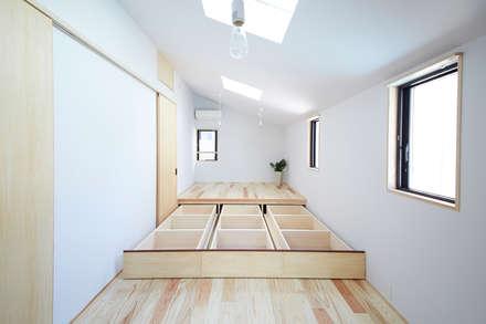 寝室(造り付けの床下収納): 一級建築士事務所co-designstudioが手掛けた寝室です。