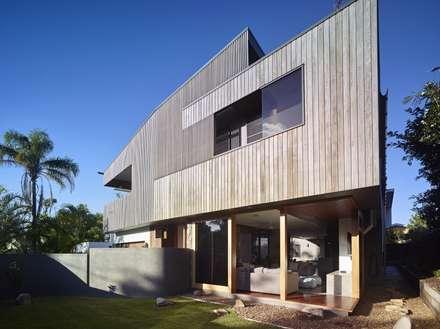 The Sunshine Beach House: tropical Houses by Shaun Lockyer Architects
