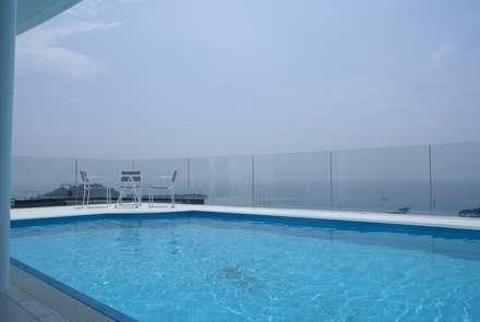 プールとテーブルスペース: アトリエ T+Kが手掛けたプールです。
