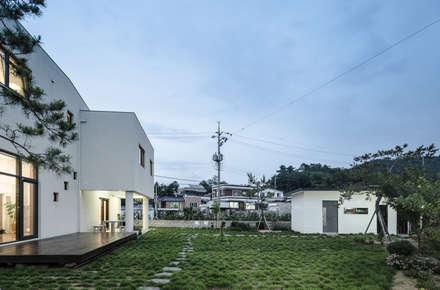 청원 단독주택 [라온재]: KDDH Architects의  정원