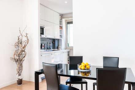 La casa di A: Sala da pranzo in stile in stile Moderno di zero6studio - Studio Associato di Architettura