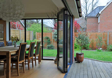 Bi folding door and fixed aluminum windows:  Windows  by ROCOCO