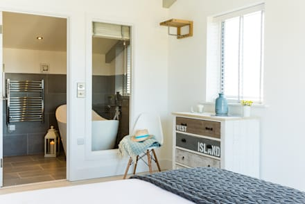 Sundown, Widemouth Bay, Cornwall: modern Bedroom by The Bazeley Partnership