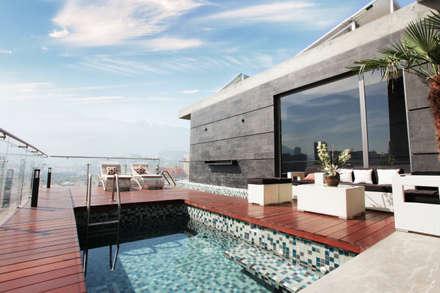 Piscinas de estilo moderno por Diez y Nueve Grados Arquitectos
