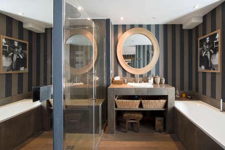Appartement Caulaincourt Paris: Salle de bain de style de style Moderne par Hélène de Tassigny