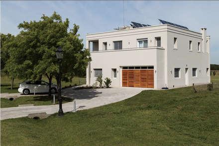 La Casa G: La Casa Sustentable en Argentina.: Casas de estilo moderno por La Casa G: La Casa Sustentable en Argentina