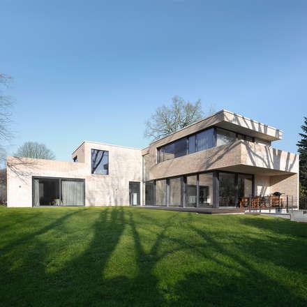 Bauhaus am Alsterlauf: moderne Häuser von HGK Hamburger Grundstückskontor