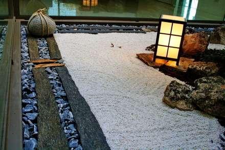 Jardines zen de estilo  por Jardines Japoneses -- Estudio de Paisajismo