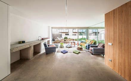 Casa Migdia: Garajes de estilo industrial de Sau Taller d'Arquitectura