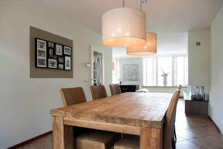 Robuust houten eettafel met stoffen lampen: moderne Eetkamer door Hemels Wonen interieuradvies en ontwerp