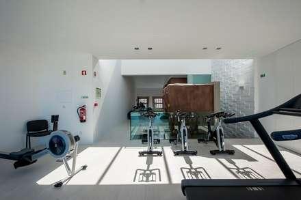 Reabilitação de Edifício Sede Social dos Amigos da Montanha: Ginásios industriais por Risco Singular - Arquitectura Lda